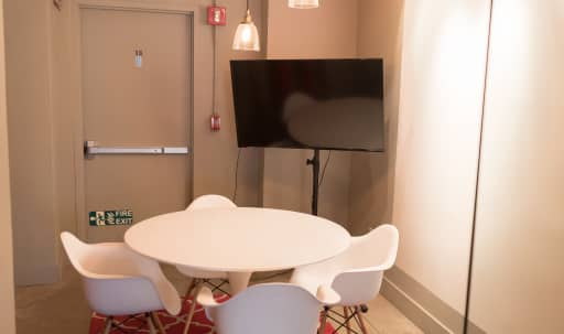 Quiet conference room with TV perfect for small groups in Midtown, New York, NY | Peerspace