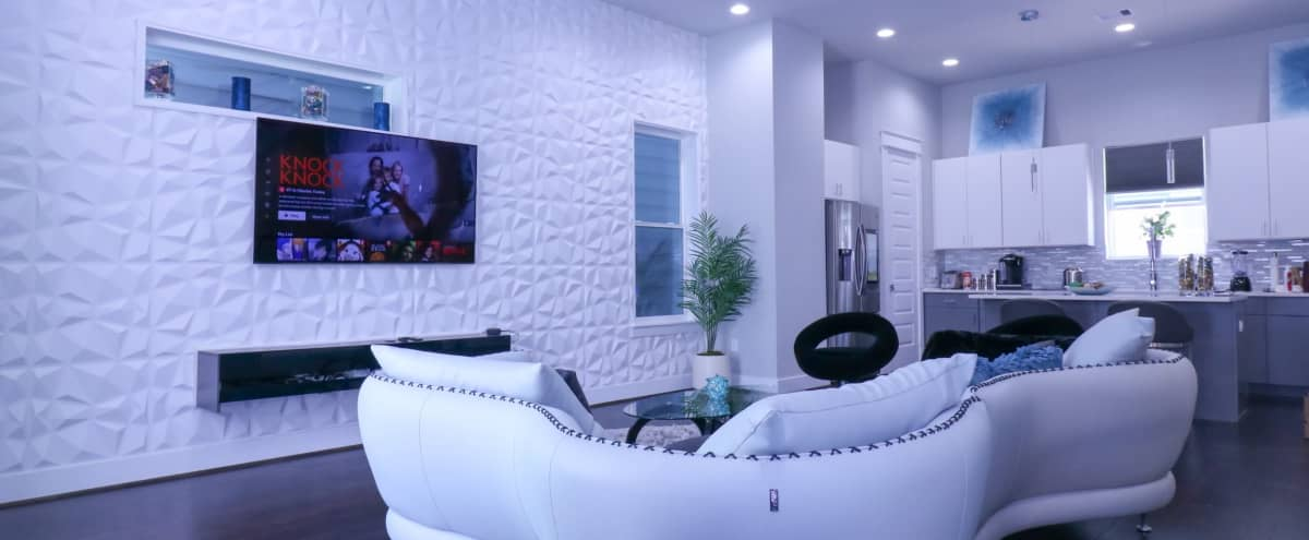 Luxurious 4 Story Rooftop Townhouse-med Center/NRG in Houston Hero Image in Astrodome, Houston, TX