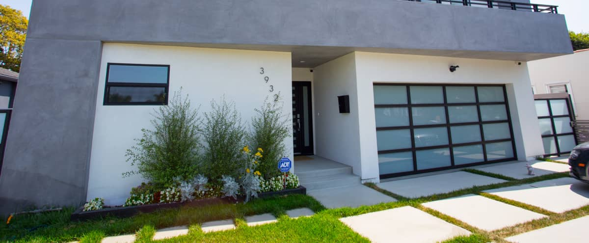 Modern and bright home - Perfect for filming in Los Angeles Hero Image in Mar Vista, Los Angeles, CA