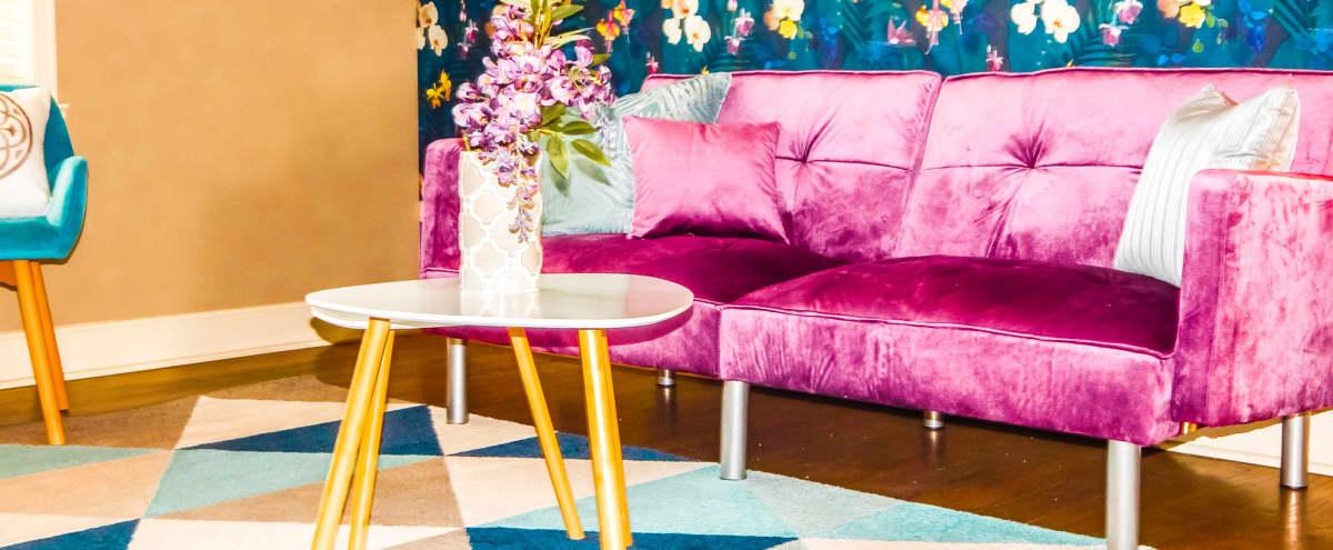Stylish Urban 2-Bedroom Apartment With Designer Appeal in Kansas City Hero Image in Plaza Area, Kansas City, MO