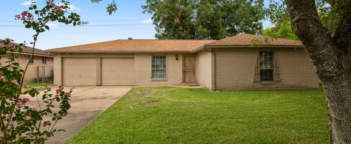 Houston Suburban Home With Plenty Of Rooms And Space in Houston Hero Image in Westside, Houston, TX