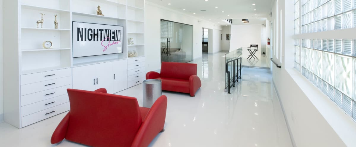 2.000 sq ft Luxury Photo Studio 3 with White Seamless, Comfy Lounge, Full Functional Kitchen, Production Office and Central Heat & A/C in North Hollywood Hero Image in North Hollywood, North Hollywood, CA